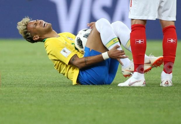 Resultado de imagem para neymar caindo
