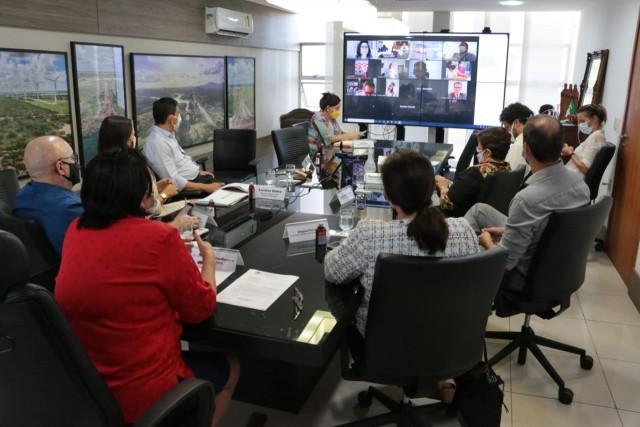 Governadora e auxiliares receberam integrantes do Fórum para apresentar informações (Foto: Robson Araújo)