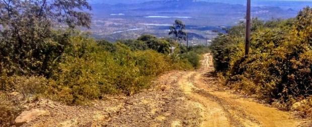 Estrada carroçável só é acessível a veículos 4x4, e trechos com asfalto são escassos e semidestruídos (Foto: cedida)