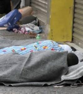 Mendigo, pedinte deitado em farrapos no Mercado da Cobal em Mossoró - Paulo Menezes