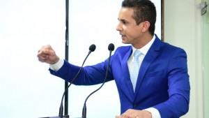 Prefeito esteve hoje na Câmara Municipal (Foto: Célio Duarte)