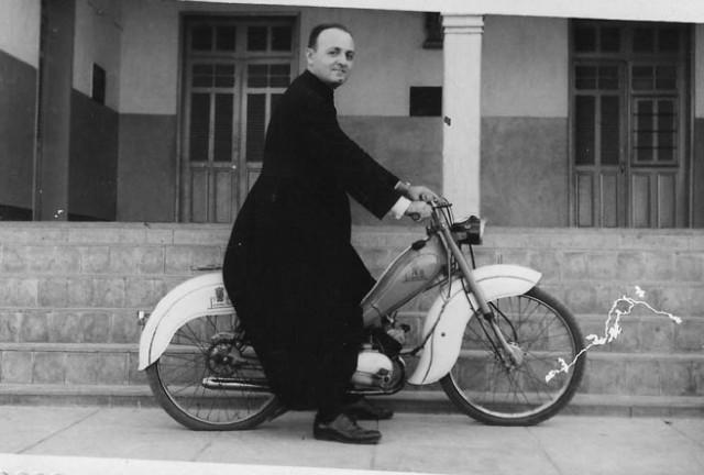 Do arquivo pessoal do padre Sátiro Cavalcanti Dantas, uma foto com ele numa pequena moto no Colégio Diocesano
