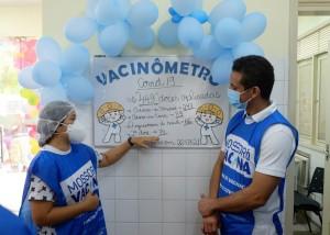 Servidora da Saúde mostra ao prefeito Allyson Bezerra desempenho da vacinação contra a COvid-19 nesse sábado (27) em Mossoró (Foto Allan Phablo)