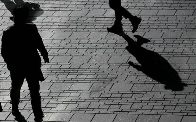 Sombras, foto em preto e branco, sobrevivência política, passos, perfis, transeuntes, populares,