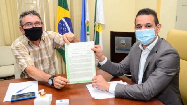 Prefeito Allyson Bezerra e secretário de Esportes Júnior Xavier empunham documento como um troféu que era sonho antigo dos desportistas (Foto Wilson Moreno (Secom-PMM)