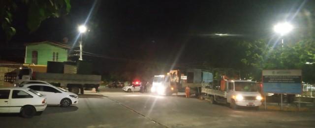 Pessoal e equipamentos da prefeitura fazem remoção de barracos instalados no fim do governo passado Foto: cedida)