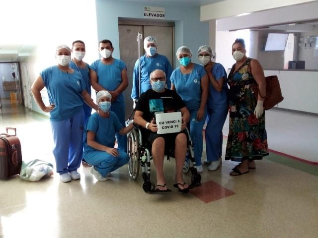 Ribamar Freitas, do Oba Restaurante, saindo do Hospital da Unimed em Natal.