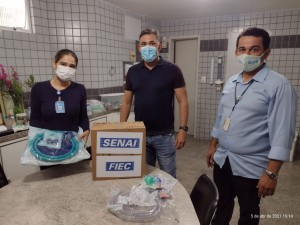 coordenadora de enfermagem do HMAC, Patrícia Oliveira, recebe equipamentos (Foto: Fiern)