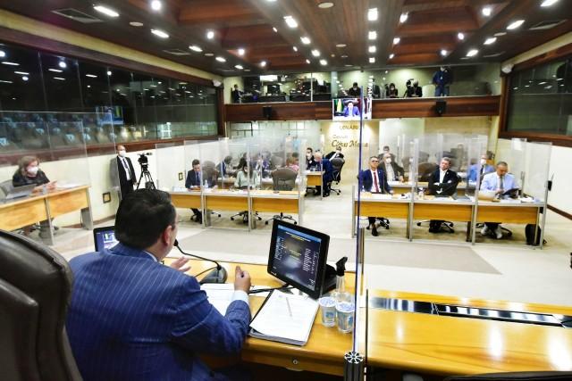 Plenário debateu aspectos da CPI, sob a presidência de Ezequiel Ferreira (Foto: AL)