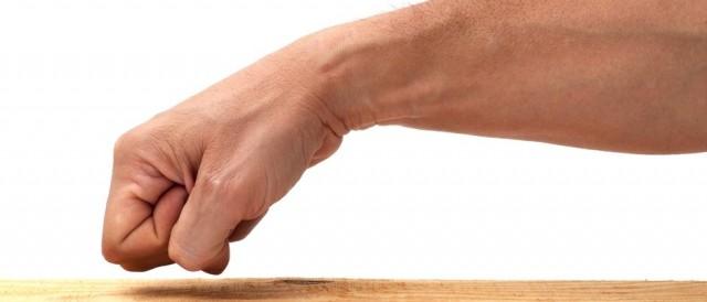 Bater na madeira três vezes, mão, braço, punho cerrado