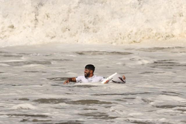 Italo Ferreira com a prancha quebrada precisou pegar outra e superou adversário com folga (Foto: Ryan Pierse-Getty Images)