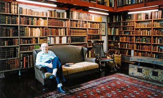 José Mindlin, falecido em 2010, na maior biblioteca privada do país (Foto: O Globo/arquivo)
