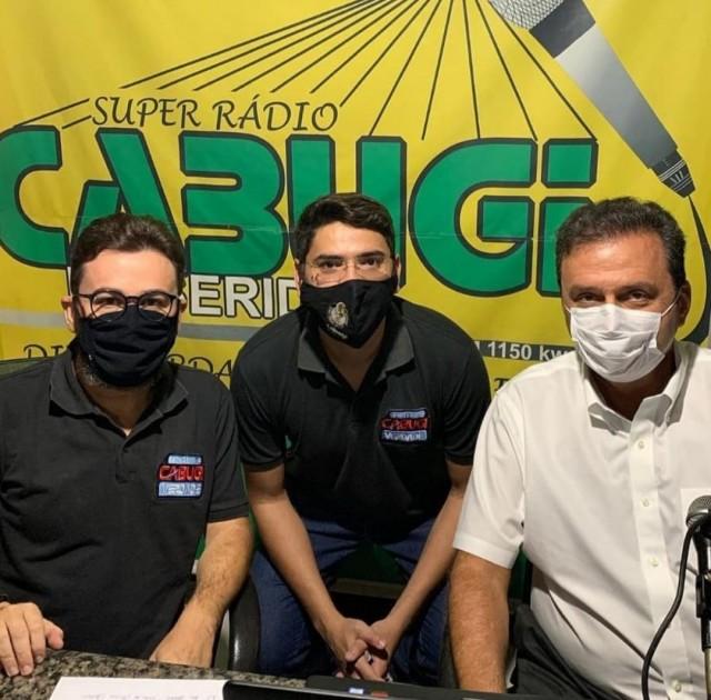 Rodrigo, Jenully e Carlos Eduardo no estúdio da emissora seridoense (Foto: cedida)