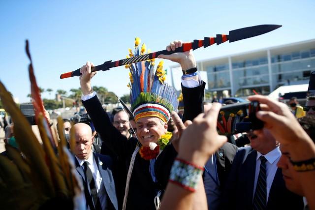 Bolsonaro exibe lança na Praça dos Três poderes, em encontro com indígenas (Foto: Adriano Machado/Reuters)