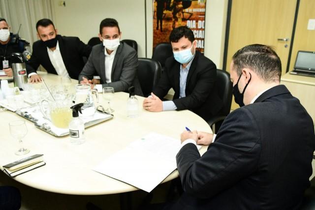 Superintendente assina termo com a presença de prefeito e outros membros de sua delegação (Foto: divulgação)