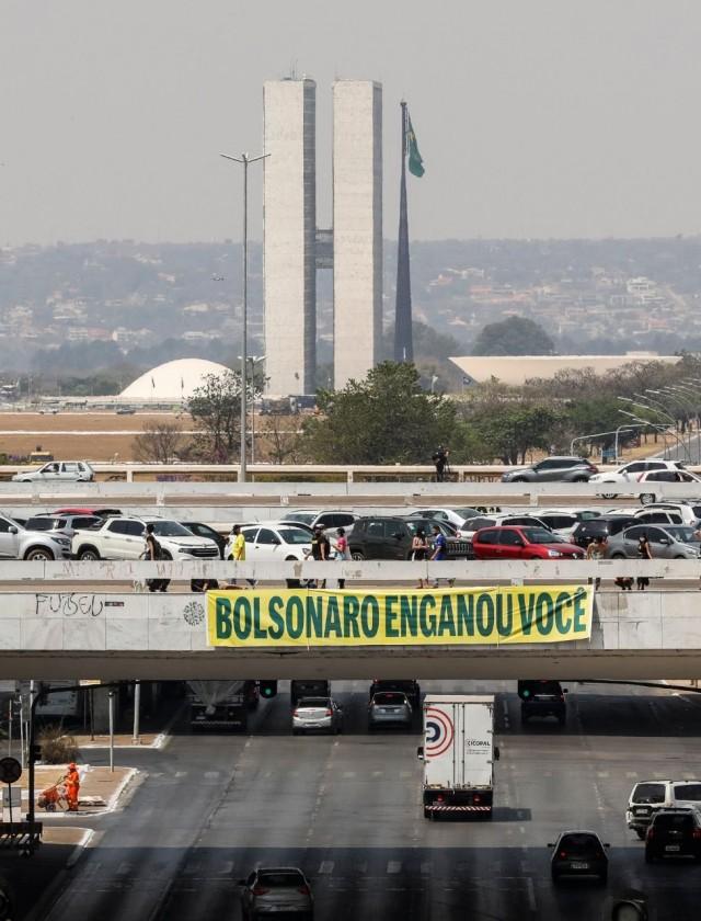 Faixa provocativa colocada num viaduto da Capital Federal mexe com bolsonarismo (Reprodução)