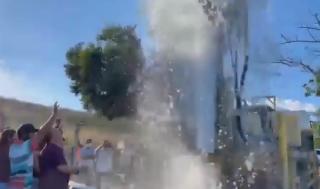 Rogério esteve no Sítio Retiro (São Miguel) nesse domingo, vendo água jorrar de poço perfurado por Governo Federal (Reprodução BCS)