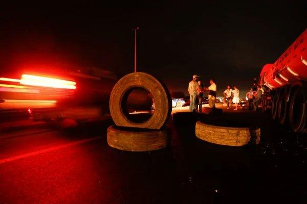 Interdição de estradas começou ontem e segue nessa quinta-feira pelo país (Foto: Vinícius Schmidt/Metrópoles)